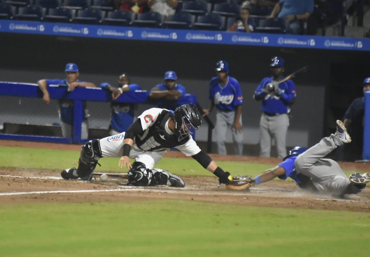 Jugada cerrada en el plato, durante el segundo juego de la serie.