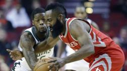 James Harden en acción ante los Bucks.