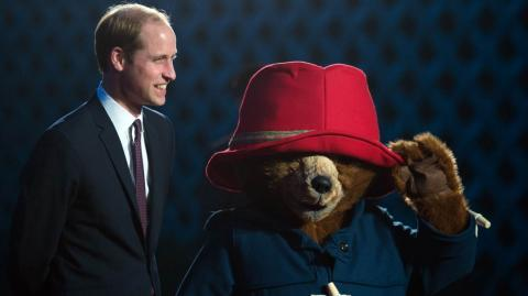 El príncipe William con un personaje del reparto de Paddington II.