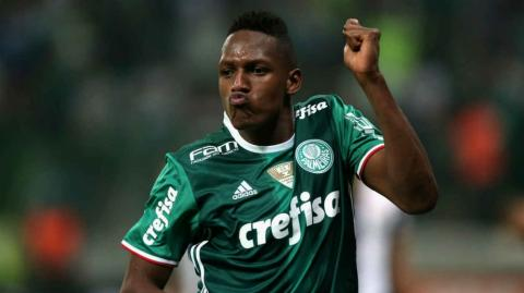 Yerri Mina, defensor colombiano.