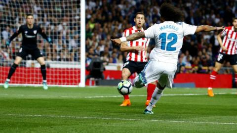Marcelo intenta un tiro de media distancia ante Kepa.