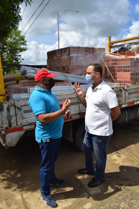 El Alcalde José Fernando Vargas durante la entrega de materiales a la Institución educativa Francisco de Paula Santander, Sede Petronitas.