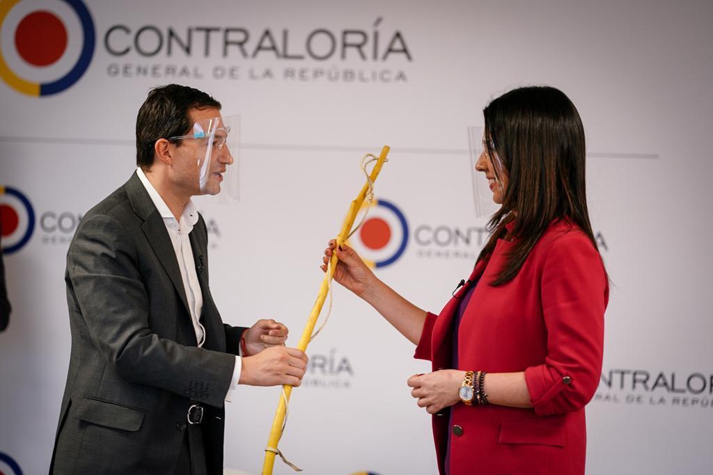 El Contralor Felipe Córdoba entregando el zurriago de arriero a la Ministra de Educación, María Victoria Angulo.