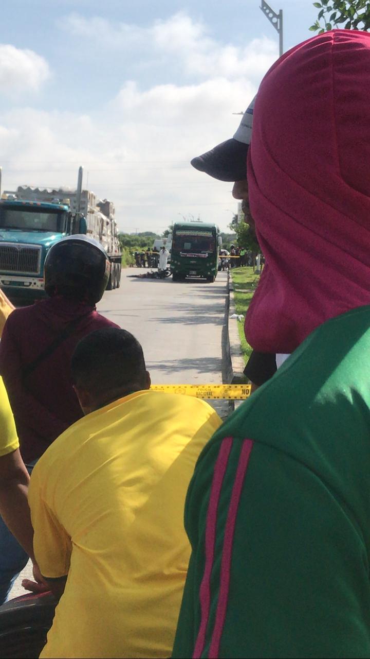 Momento en que la Policía de Tránsito realizaba la inspección del cadáver del motociclista en Caribe Verde.