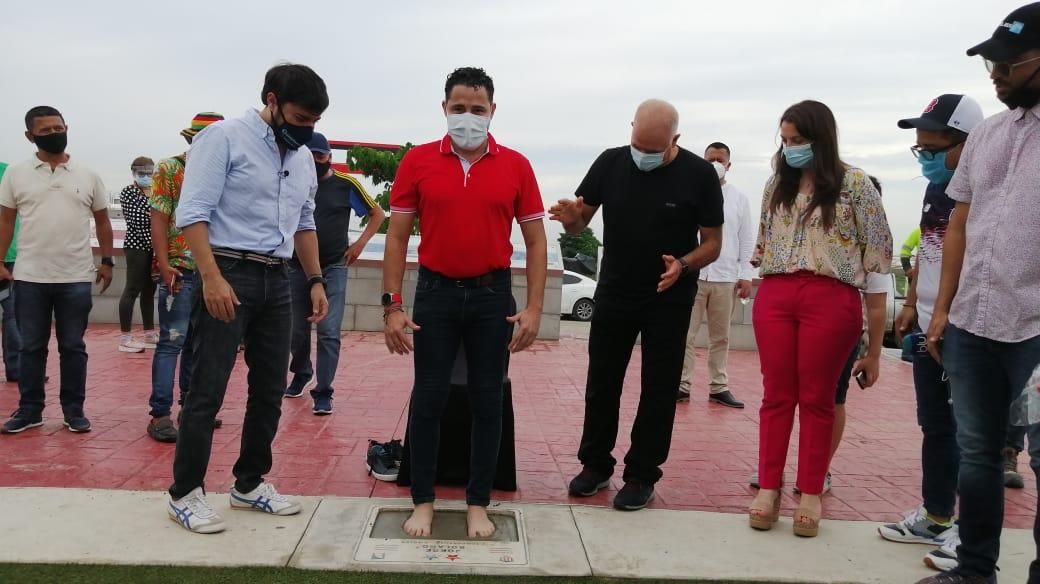 Jorge Bolaño colocando sus huellas, ante la mirada del Alcalde Jaime Pumarejo, el COO de Tecnoglass, Christian Daes y la Ministra de las TIC, Karen Abudinen.