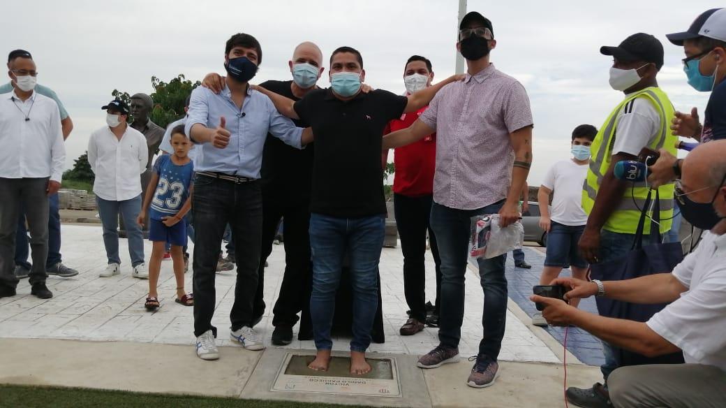 Víctor Pacheco coloca sus huellas, ante la mirada del Alcalde Jaime Pumarejo y el COO de Tecnoglass, Christian Daes.