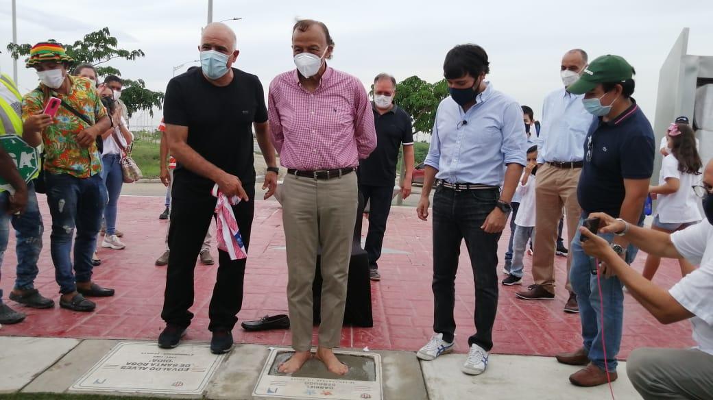 Gabriel Berdugo coloca sus huellas, ante la mirada del COO de Tecnoglass, Christian Daes y el Alcalde de Barranquilla, Jaime Pumarejo.