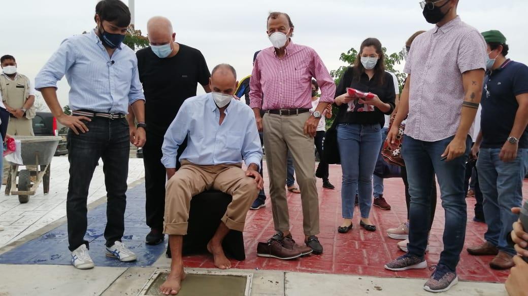 Dulio Miranda estampando sus huellas, ante la mirada del Alcalde Jaime Pumarejo; el COO de Tecnoglass, Christian Daes y su excompañero Gabriel Berdugo.