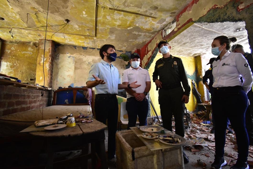 Las autoridades dentro de la 'olla'demolida.