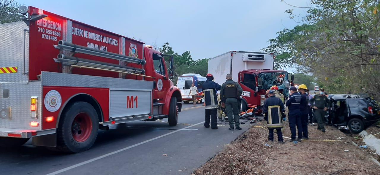 Los bomberos de Sabanalarga llegaron a apoyar en las labores de rescate.
