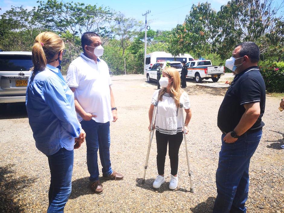 La Gobernadora, Elsa Noguera, con los Secretarios del Interior, Yesid Turbay, y de Salud, Alma Solano, con el Alcalde de Juan de Acosta, Carlos Higgins Villanueva.