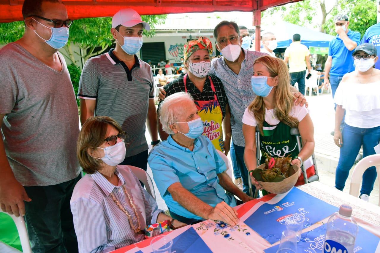La gobernadora Elsa Noguera visitó con su familia, el segundo día del Festival del Pastel en Pital de Megua.