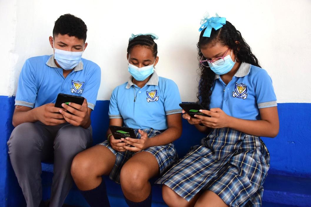Estudiantes utilizando las aplicaciones.