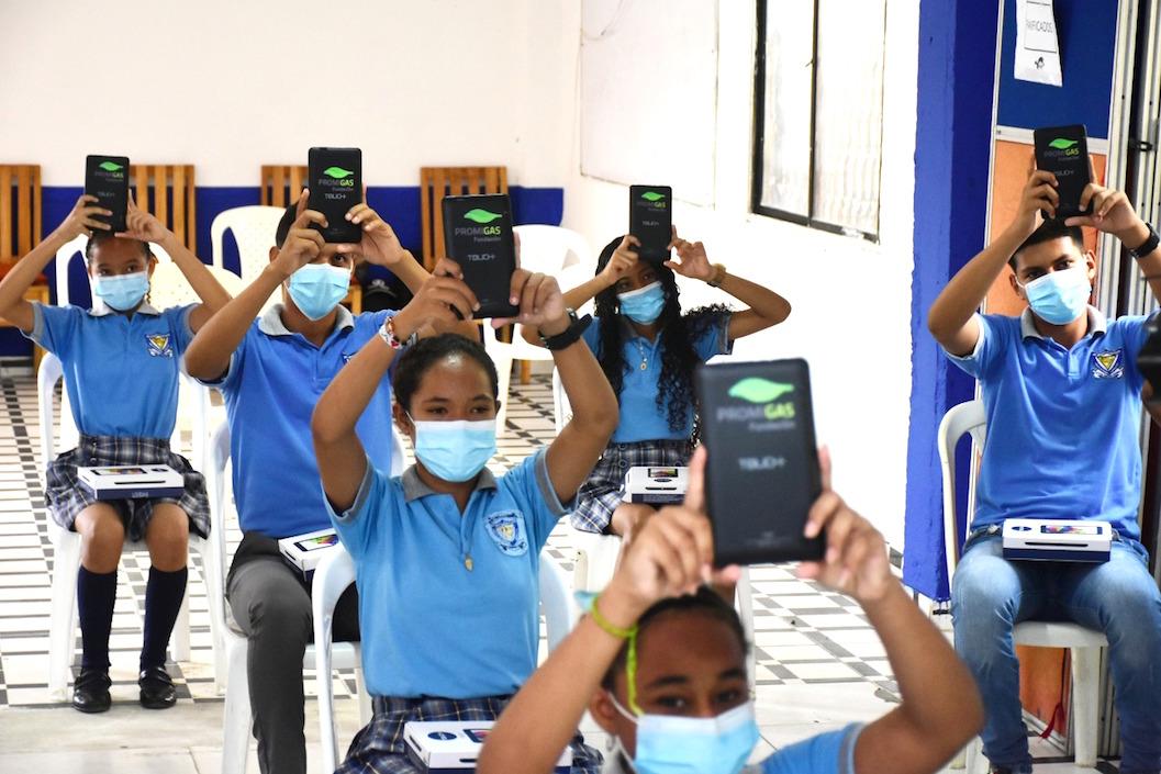 Estudiantes exhibiendo las tarjetas electrónicas.