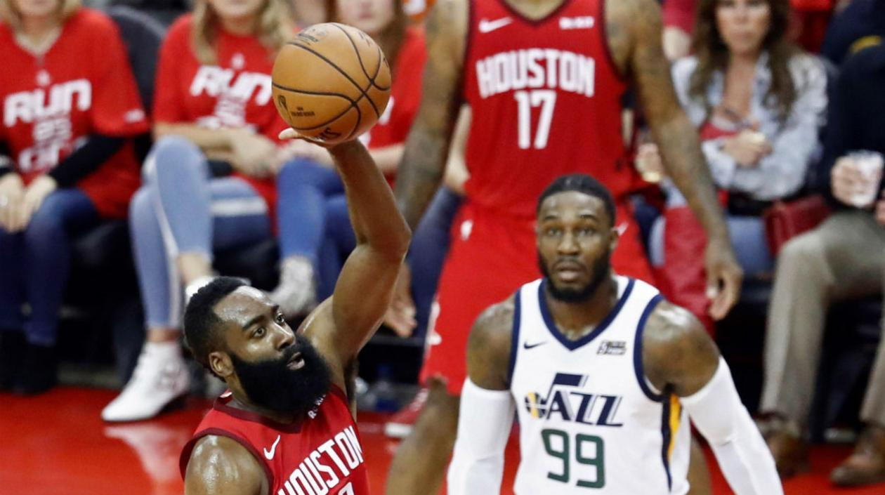James Harden en acción del partido.
