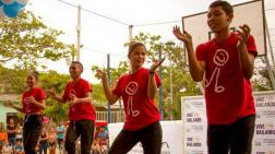 Jóvenes de Vive Bailando en el barrio Las Flores.