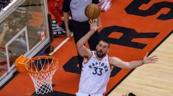 Marc Gasol intenta anotar una canasta, con los Raptors.