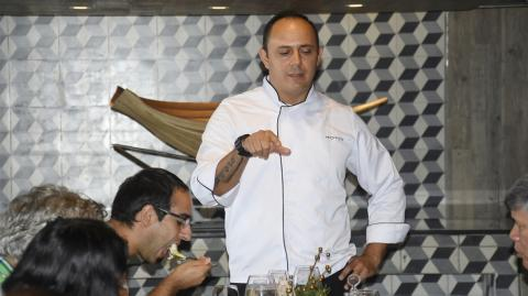 El chef Johnny Caballero del restaurante Ébano.