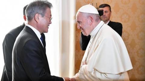 El Papa Francisco y el presidente surcoreano, Moon Jae-in.