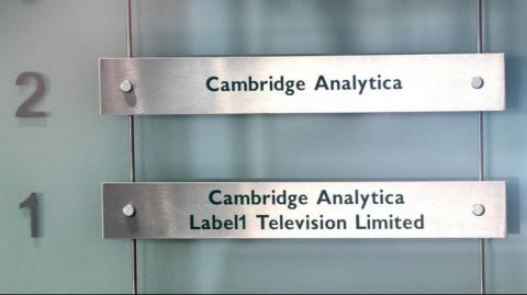 Cambridge Analytica evaluará el tema con Facebook.