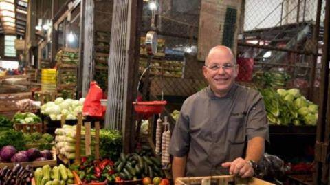 El chef panameño Charlie Collins protagoniza el documental.