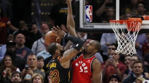 Acción de LeBron James ante los Raptors.