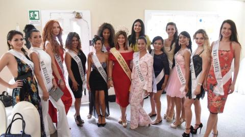 Aspirantes a Mrs. Woman of The World  en el Hotel El Prado.