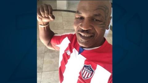 El boxeador Mike Tyson con la camiseta de Junior.