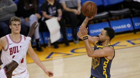 Stephen Curry realiza un disparo de tres puntos.