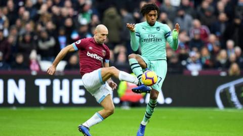 Acción del duelo entre West Ham y Arsenal.