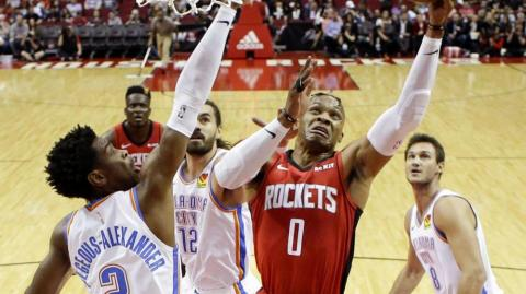 Russell Westbrook anota ante la defensa rival.
