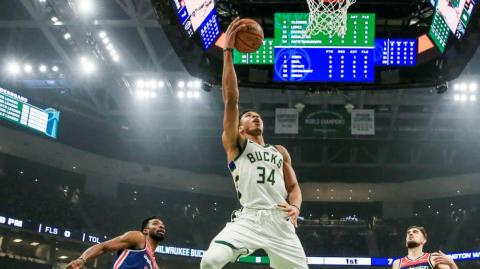 El escolta checo Tomas Satoransky (d) y el alero Jeff Green (i) de Washington Wizards en acción ante el alero griego Giannis Antetokounmpo (c) de Milwaukee Bucks.