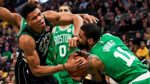 El jugador Giannis Antetokounmpo (i) de Milwaukee Bucks en acción ante Kyrie Irving (d) de Boston Celtics.