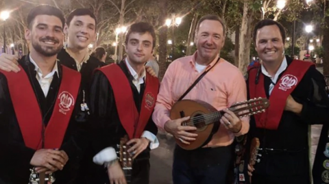 El actor Kevin Spacey junto a músicos universitarios.