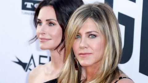 "Las actrices estadounidenses Courteney Cox (izq) y Jennifer Aniston, protagonistas de la serie ""Friends""."