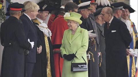 Boris Johnson, la Reina Isabel y el Duque de Edimburgo.