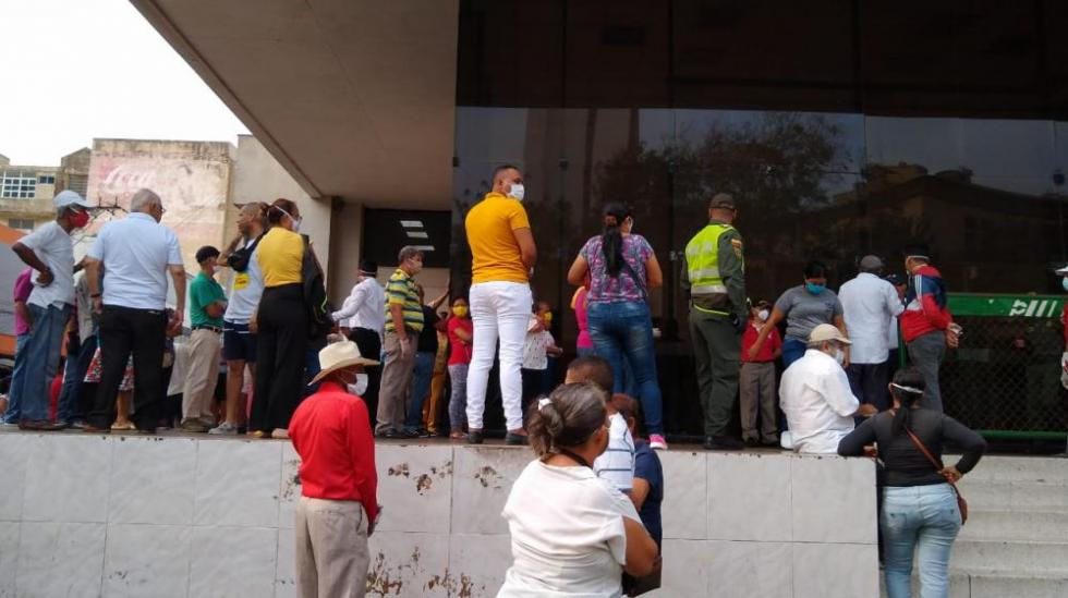 Filas en el Banco Popular.